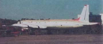 Самолет Ил-38 с тягачом для буксировки