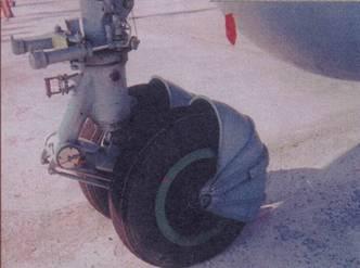 Передняя опора шасси с грязеотражательным щитком