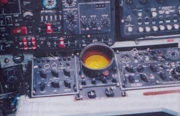 Вверху: экран РЯС «Беркут»; внизу: панель цифровой вычислительной машины