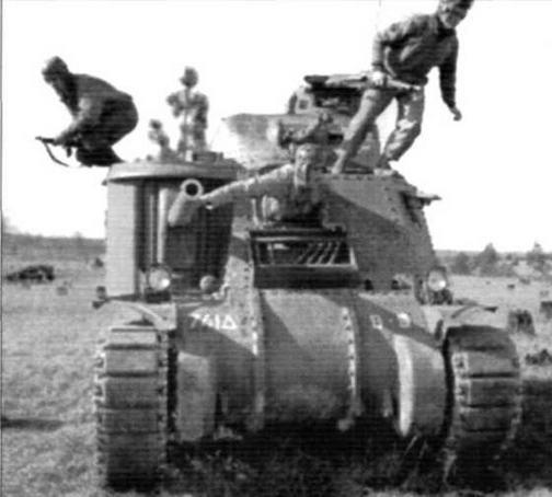 Экипаж экстренно покидает машину. Танк М3 на полигоне Кэмп Полк, штат Аризона. 1941 г.