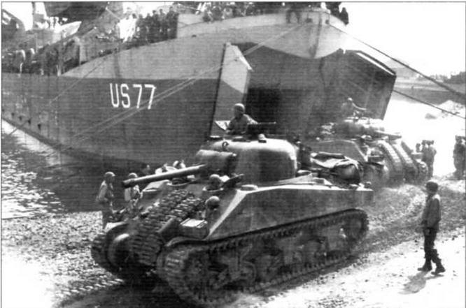 Справа: Выход танков М4 по аппарели из трюма десантного корабля. Италия. Май 1944 г.