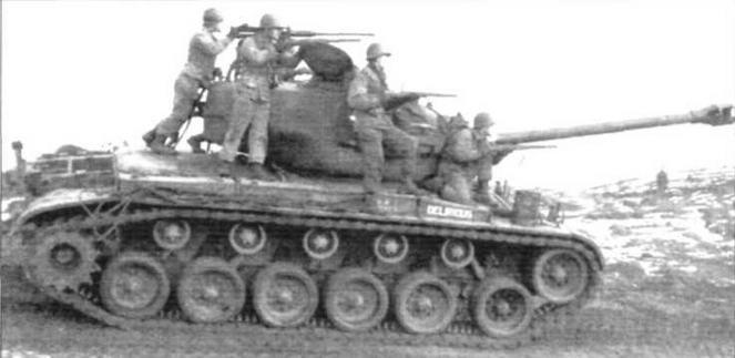 Справа: Танк М26 <a href='https://arsenal-info.ru/b/book/348132256/10' target='_self'>танкового батальона</a> армии США с пехотинцами 42-го мотопехотного батальона. Район г. Майнц, Германия. Февраль 1952г.