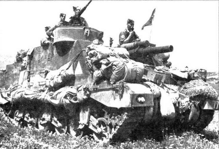 Африканская кампания. 1943 г. САУ М7 батареи «А» 11-го полка Королевской конной артиллерии 1-й Английской бронетанковой дивизии. Эмблема дивизии спереди на правом крыле, белый номер на левом — 77 указывает на 11-й полк, красный треугольник с белым центром — на батарею «А»