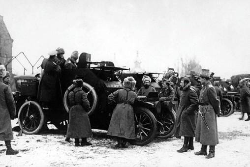 Генерал-лейтенант Шишкевич осматривает броневик «Морс» с 8-мм пулеметом Гочкиса. Юго-Западный фронт, 9-я армия, январь 1916 года (РГАКФД).