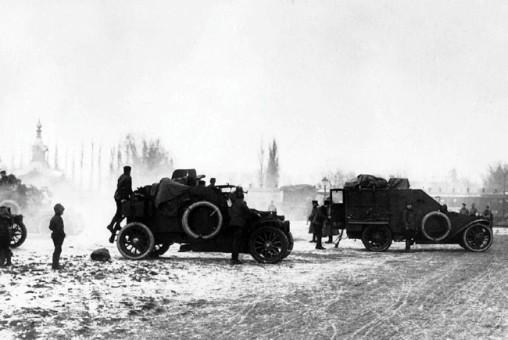 Смотр Бельгийского дивизиона командованием 9-й армии. Юго-Западный фронт, январь 1916 года. Слева пулеметный броневик «Морс», справа командирский той же марки (РГАКФД).