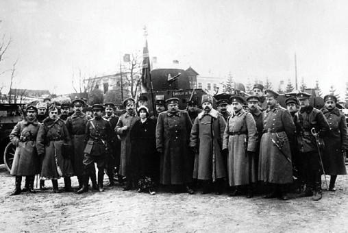 Представители штаба 9-й армии и офицеры Бельгийского бронедивизиона у броневика «Морс». Юго-Западный фронт, январь 1916 года (РГАКФД).