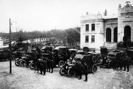 Бельгийский бронедивизион в Збараже. Юго-Западный фронт, август 1916 года. На переднем плане командирские броневики «Морс» (РГАКФД).