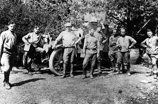 Русские и бельгийские солдаты у броневика «Морс». Лето 1916 года (АСКМ).