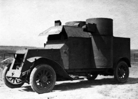 Бронемашина «Остин» 1-й серии «Алмаз» 21-го автопулеметного взвода перед выходом на боевую операцию. 1916 год. Машина оснащена перископами для наблюдения за полем боя (АСКМ).