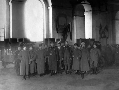 Офицеры в Михайловском манеже у «остинов» 1-й серии «Сокол», «Орел» и «Ястреб» 9-го взвода. 1915 год (РГАКФД СПБ).