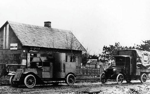 «Остин» 1-й серит и грузовик одного из автопулеметных взводов по пути на передовую.
