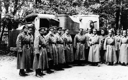 Великий князь Кирилл Владимирович в группе офицеров у броневика «Пушкарь».