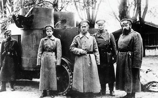 Командующий 9-й армии генерал Щербачев и командир машины подпоручик Гейнрихс у броневика «Победа». 19-й взвод, 1915 год (РГАКФД).