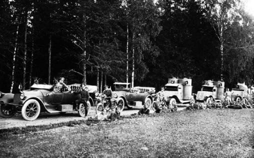 Автопулеметный взвод на фронте. 1916 год. Впереди две легковых машины, за ними два «остина» 2-й серии и пушечный «Ланчестер» (РГАКФД).