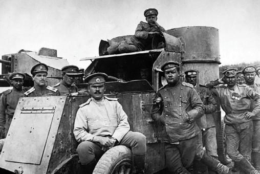 Офицеры и солдаты одного из автопулеметных взводов у бронемашин «Остин» 2-й серии и «Ланчестер». На крыше мальчик — «сын полка» (РГАКФД).