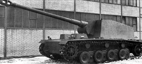 Самоходно-артиллерийская установка 12,8 cm Panzer-Selbstfahrlafette V во дворе завода фирмы Rheinmetall