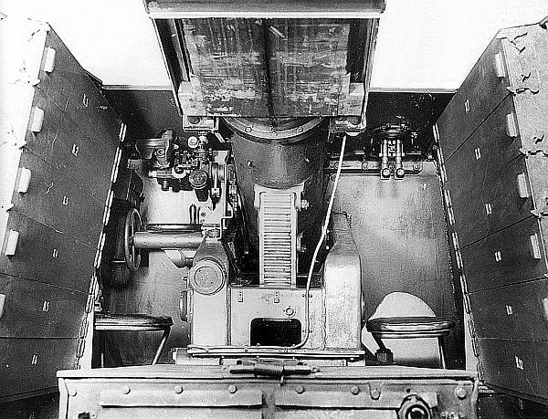 Вид на лафет и механизмы наведения 128-мм пушки