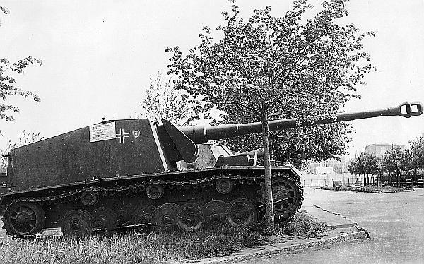 128-мм немецкая САУ на выставке трофейного вооружения в ЦПКиО им. Горького. Москва, весна 1943 года