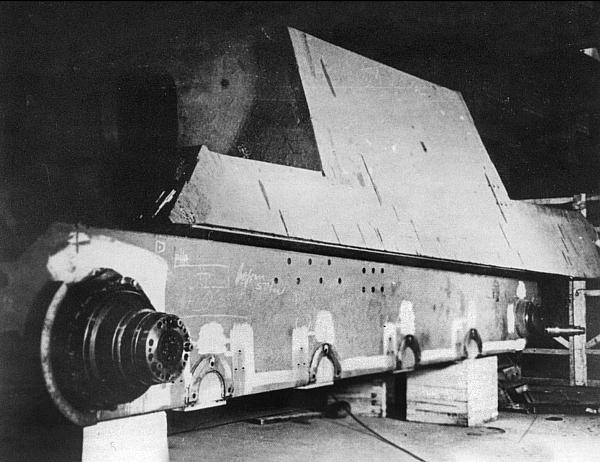 Прототип «Ягдтигра» с ходовой частью конструкции Ф.Порше в сборочном цеху. Хорошо видны фланцы крепления тележек подвески
