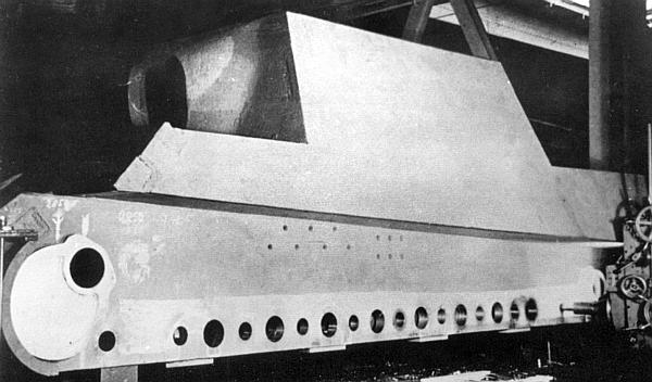В сборочном цеху – прототип «Ягдтигра» с ходовой частью, заимствованной у «Королевского тигра». Хорошо видны отверстия в борту корпуса, предназначенные для установки торсионных валов