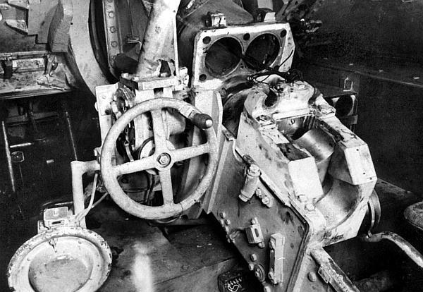 Казенная часть 75-мм пушки. Противооткатные устройства частично разобраны