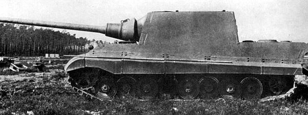Первые прототипы «Ягдтигра» поступили на Куммерсдорфский полигон соответственно в феврале (с подвеской Порше, вверху) и в мае (с подвеской Хеншеля, внизу) 1944 года