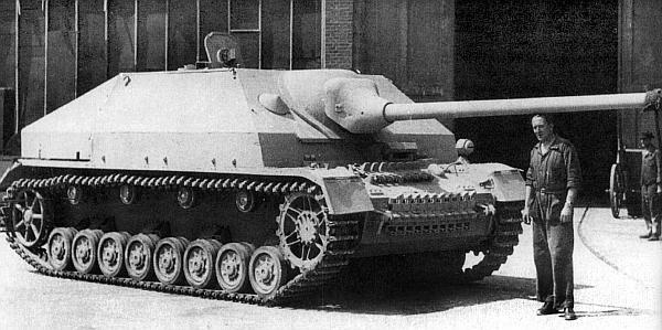 Прототип истребителя танков Panzer IV/70(A) во дворе завода фирмы Alkett