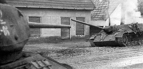 Горит подбитая САУ Panzer IV/70(V). Венгрия, март 1945 года