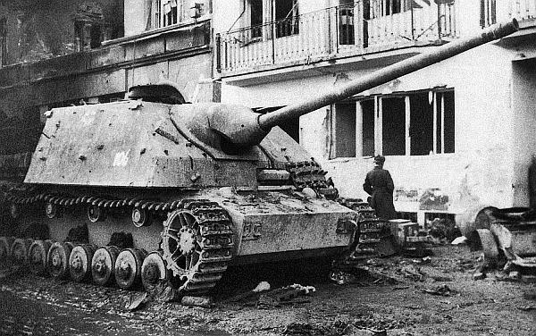 Истребитель танков Panzer IV/70(A), подбитый во время боев на улице Будапешта. Февраль 1945 года