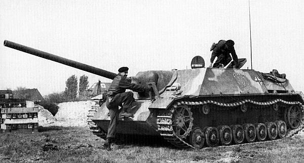 Канадские танкисты занимают места в трофейном Panzer IV/70(V). Снимок сделан во время испытаний немецкого истребителя танков на одном из канадских полигонов после окончания Второй мировой войны