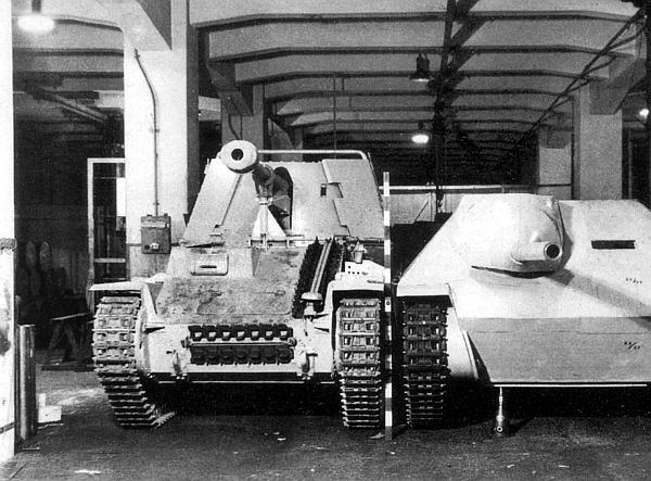 Истребитель танков Sd.Kfz.138 Marder III Ausf.M и деревянный макет танка-истребителя Jagdpanzer Sd.Kfz.138/2