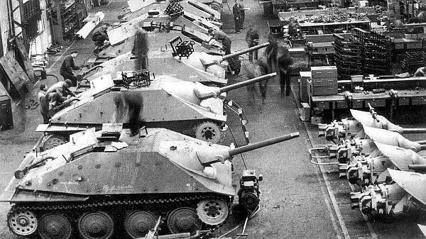 Сборка серийных САУ Jagdpanzer 38 Hetzer в цеху завода фирмы ВММ. 19 июня 1944 года