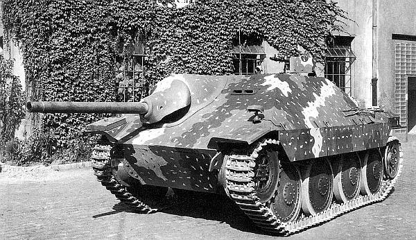 Серийная САУ Hetzer с облегченной маской пушки во дворе завода ВММ. Лето 1944 года
