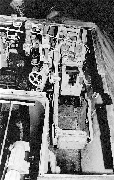 Установка пушки в боевом отделении САУ Hetzer. Хорошо видны сиденье механика-водителя, перископический прицел и маховик вертикальной наводки. Командир машины располагался в выгородке моторного отделения сразу за ограждением пушки