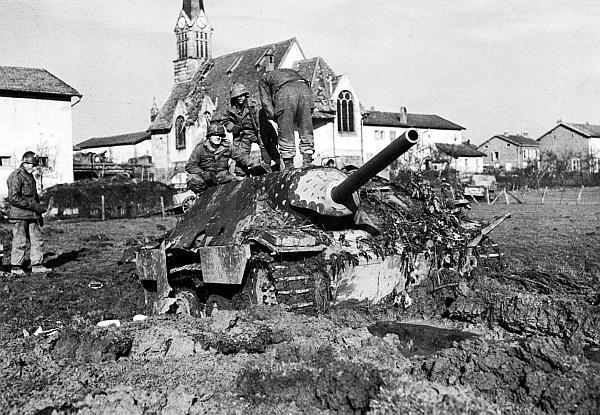 Американские солдаты осматривают Hetzer, подбитый на севере Франции. Ноябрь 1944 года