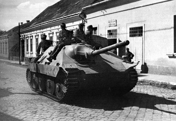 САУ Hetzer на улице западно-украинского города. Восточный фронт, лето 1944 года