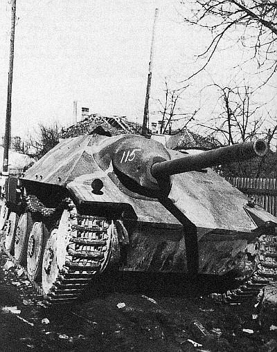САУ Hetzer, подбитая в ходе боев в Будапеште. Февраль 1945 года. Номер 115 нанесен советской трофейной командой