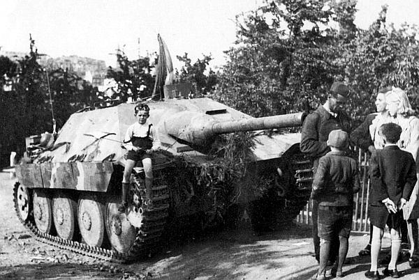 Jagdpanzer 38 Starr, брошенный немцами на окраине Праги. Май 1945 года
