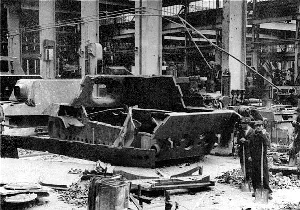 Сборочный цех завода «Нибелунгенверке» после бомбежки 16 октября 1944 года