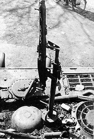 Тот же «Ягдтигр». Хорошо видна оригинальная установка зенитного пулемета MG42 на крыше моторного отделения (слева)