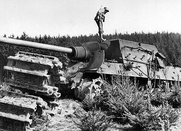 Один из последних «ягдтигров», выпущенных в марте 1945 года. Судя по всему, эта машина, оснащенная узкими транспортными гусеницами, просто зарылась в грунт, а затем была подорвана экипажем. Германия, апрель 1945 года