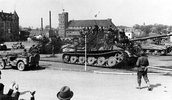 Остатки 1-й роты 512-го тяжелого дивизиона истребителей танков сдаются американским войскам. Германия, Изерлон, 16 апреля 1945 года