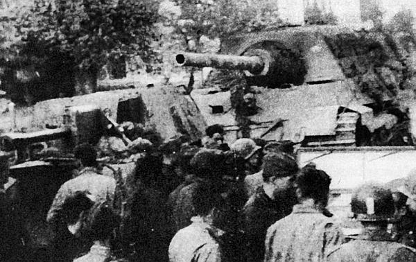Встреча советских и американских солдат в мае 1945 года. За СУ-76М стоит «Ягдтигр». Место съемки неизвестно