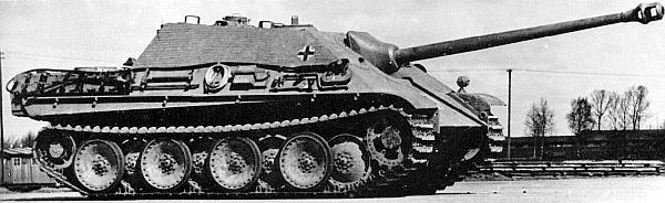 Одна из первых серийных «Ягдпантер», выпущенная заводом MIAG в январе 1944 года. У механика-водителя те же два перископа, что и у прототипов, но амбразуры для стрельбы из личного оружия в бортах корпуса отсутствуют