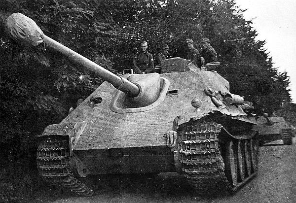 «Ягдпантеры» 2-й роты 654-го батальона тяжелых истребителей танков на дороге близ Гуммерсбаха. Сентябрь 1944 года.