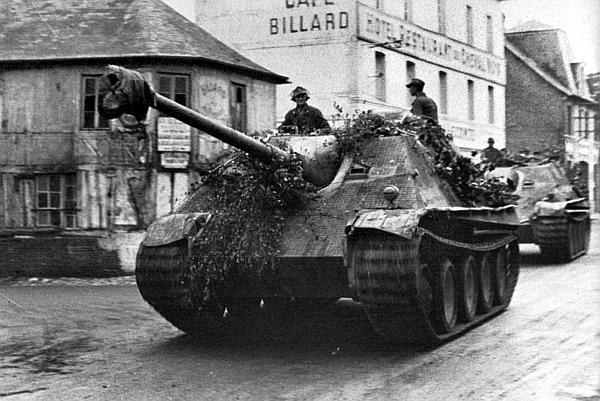 Колонна «ягдпантер» на улице французского города. 1944 год