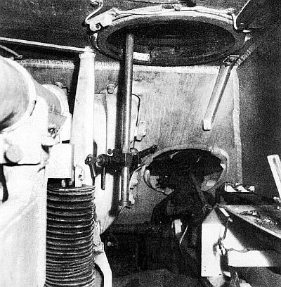 Правая часть боевого отделения. Хорошо видны установка курсового пулемета и вертикальная штанга с подвижным станком для крепления стереотрубы в командирском люке