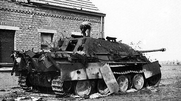 Еще одна подбитая «шерманами» и сгоревшая командирская «Ягдпантера» 559-го батальона. Сентябрь 1944 года