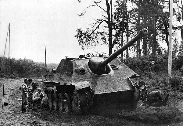 Британские саперы занимаются эвакуацией «Ягдпантеры» (шасси №300027). Эта машина принадлежала к составу 3-й роты 654-го батальона тяжелых истребителей танков. Середина августа 1944 года