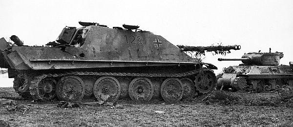 «Ягдпантера», подбитая двумя бронебойными снарядами, попавшими в моторное отделение. На втором плане подбитый американский истребитель танков М36 «Слаггер». Снимок сделан 17 марта 1945 года